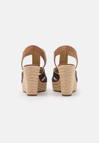 MICHAEL Michael Kors - BERKLEY WEDGE - Sandály na platformě - brown/acorn - 3