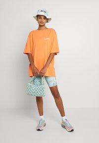 WRSTBHVR - CIRCLE WASHED WOMEN - T-shirt imprimé - orange - 1