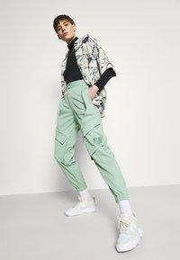 Jordan - ESSEN UTILITY PANT - Cargo trousers - steam - 3