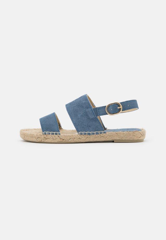 STRIPE  - Sandaalit nilkkaremmillä - jeans