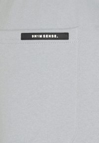 9N1M SENSE - SENSE PANTS - Kangashousut - pantone grey - 2