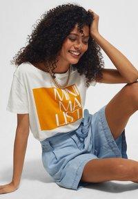comma casual identity - KURZARM - Print T-shirt - white apricot minimalist - 3