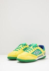 Umbro - SALA II PRO - Halové fotbalové kopačky - golden kiwi/white/fern green/deep surf - 2