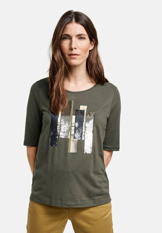 MIT PAILLETTENSTICKEREI - Print T-shirt - olive