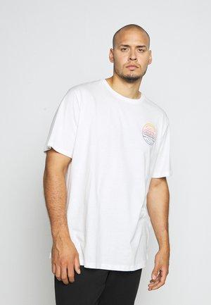 JORPHOTO FASTER TEE CREW NECK - Print T-shirt - cloud dancer