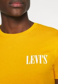 Levi's® - CREWNECK GRAPHIC 2 PACK - Triko spotiskem - golden yellow/caviar - 5
