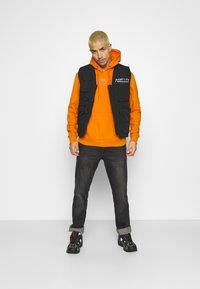 Karl Kani - SMALL SIGNATURE BOX HOODIE UNISEX  - Sweatshirt - orange - 1