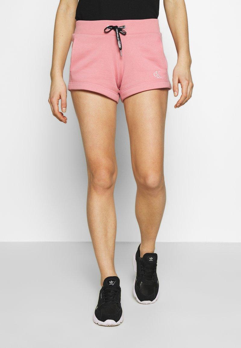Calvin Klein Jeans - CK EMBROIDERY REGULAR SHORT - Shorts - brandied apricot
