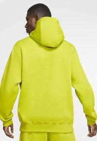 Nike Sportswear - CLUB HOODIE - Luvtröja - bright cactus/bright cactus/white - 2