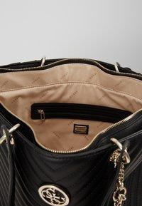 Guess - KAMRYN TOTE - Håndtasker - black - 5