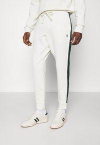 Polo Ralph Lauren - LOOPBACK TERRY PANT ATHLETIC - Pantaloni sportivi - chic cream/college green - 0