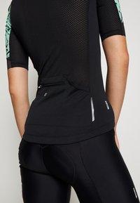 ONLY PLAY Tall - PERFORMANCE BIKE TALL - Camiseta estampada - black/green ash - 4