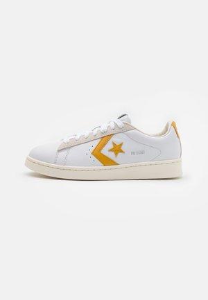 PRO OG UNISEX - Trainers - white/gold dart/egret