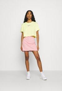 Nike Sportswear - CROP TEE  - T-shirts - zitron - 1