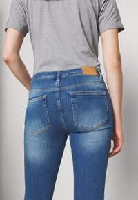BLANCHE - JADE LIGHT CROPPED - Jeans slim fit - indigi heavy enzy - 4