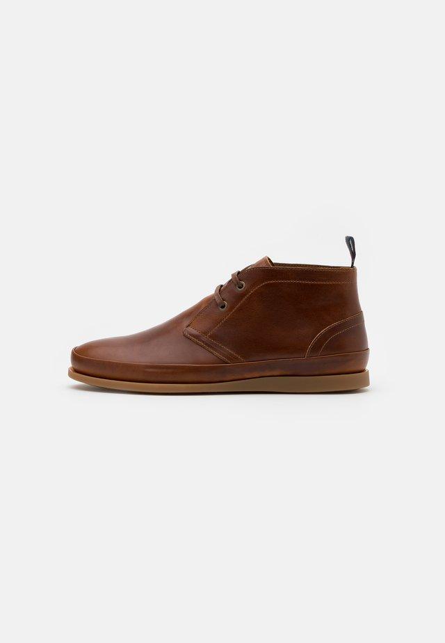 CLEON - Volnočasové šněrovací boty - tan