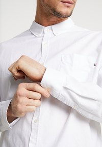 Cotton On - BRUNSWICK SLIM FIT - Skjorter - white oxford - 4