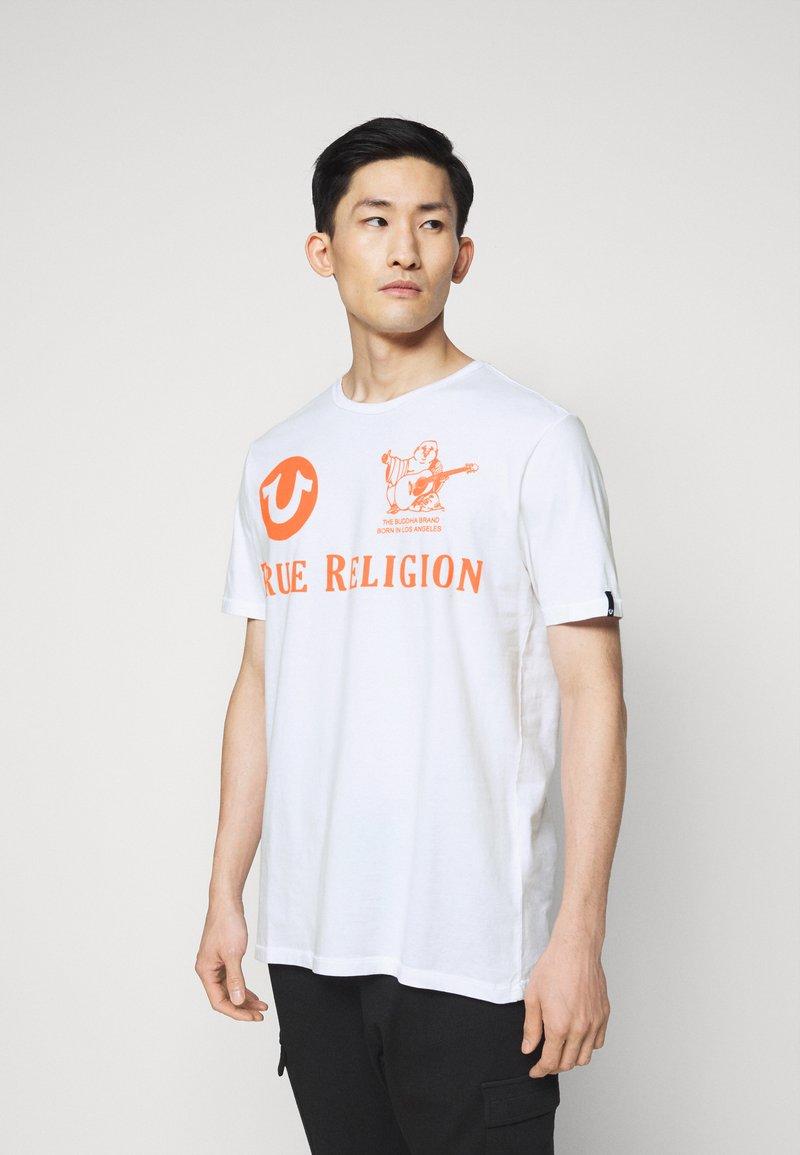 True Religion - CREW ALLOVER LOGO  - Camiseta estampada - white