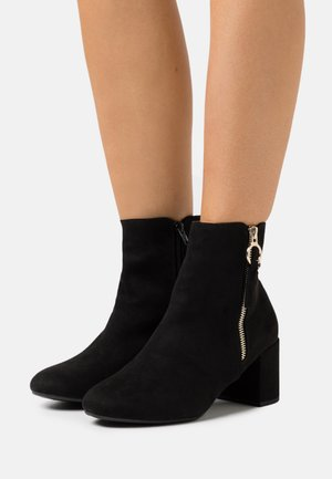 WIDE FIT ADALINE BLOCK HEEL BOOT - Korte laarzen - black