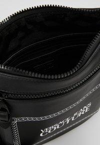 Versace Jeans Couture - LINEA MACROTAG  - Axelremsväska - black - 4