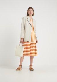 Bruuns Bazaar - VENESSA ZEENA DRESS - Freizeitkleid - burnt copper/white - 1