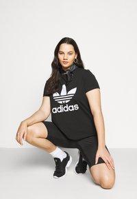 adidas Originals - TREFOIL TEE - Printtipaita - black/white - 3