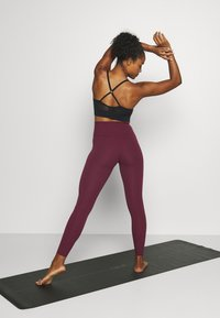 Nike Performance - THE YOGA LUXE - Medias - night maroon/team red - 2