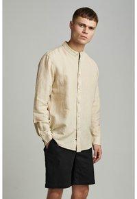 Anerkjendt - LUKAS - Camisa - brown rice - 0