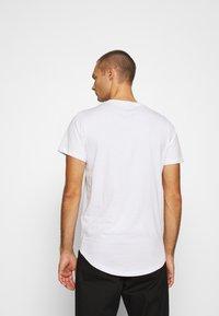Jack & Jones - JJENOA TEE CREW NECK 5 PACK - Basic T-shirt - white/black/dark blue - 2