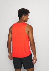 Nike Performance - MILER TANK - T-shirt sportiva - team orange/gelati/reflective silver - 2