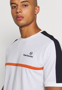 Sergio Tacchini - NOLWEN - Print T-shirt - white/orange - 3