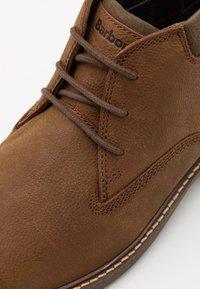 Barbour - BARNARD - Volnočasové šněrovací boty - teak - 5