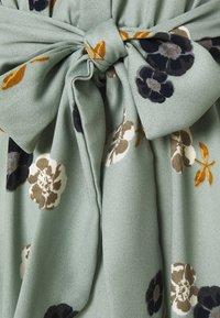Vero Moda - VMFALLIE LONG TIE DRESS - Skjortekjole - green milieu - 6