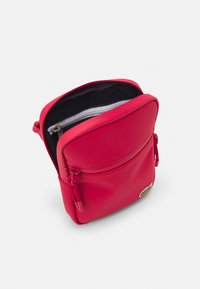 Lacoste - FLAT CROSSOVER BAG - Across body bag - rouge - 2