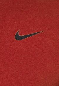 Nike Performance - TEE CREW SOLID - Basic T-shirt - dark cayenne - 2