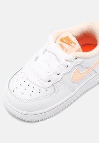 Nike Sportswear - FORCE 1  - Baskets basses - white/crimson tint/hyper crimson - 4