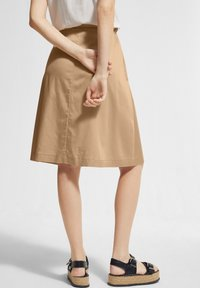 comma - MIT TUNNELZUG - A-line skirt - sahara - 2
