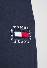 Tommy Jeans - BOX FLAG PANT - Spodnie treningowe - twilight navy - 4