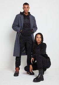 Tommy Hilfiger - LEWIS HAMILTON UNISEX GMD SWEATPANTS - Pantalones deportivos - black - 1