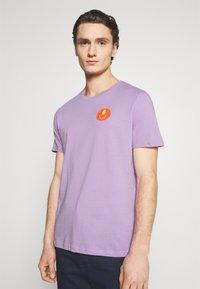 YOURTURN - UNISEX - Print T-shirt - lilac - 0