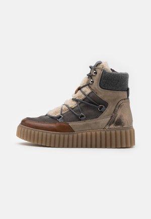 BIANCA - Kotníkové boty na platformě - cognac