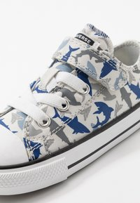 Converse - CHUCK TAYLOR ALL STAR SHARK BITE - Trainers - photon dust/rush blue/white - 2