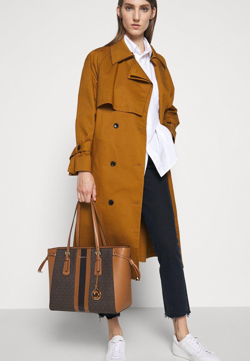 MICHAEL Michael Kors - VOYAGER SEMI LUX  - Handbag - brown/acorn