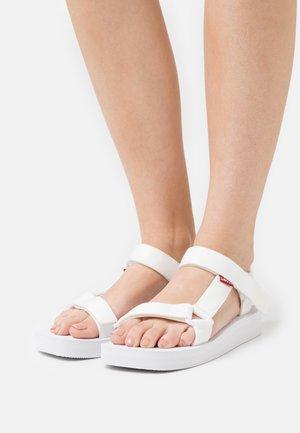 CADYS LOW - Sandalias con plataforma - regular white