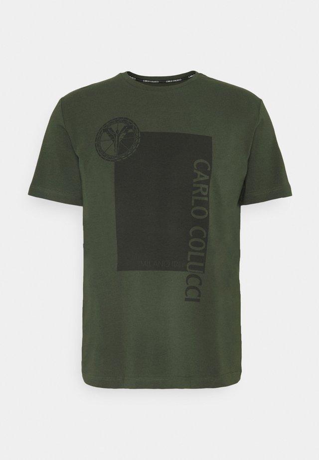 BLOCK - T-shirt imprimé - oliv