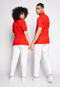 Lacoste - POLAROID UNISEX - Polo shirt - corrida - 2