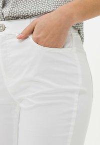BRAX - STYLE MARY - Pantalon classique - white - 3