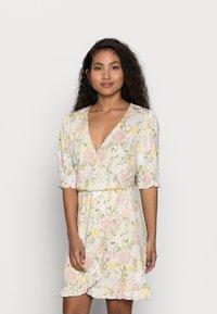 VILA PETITE - VIOCTAVIA DRESS PETITE - Jersey dress - birch/festival flower - 0