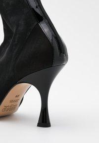 MM6 Maison Margiela - Kotníková obuv na vysokém podpatku - black - 4