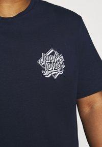 Jack & Jones - JORBRAD  - T-shirt print - navy blazer - 4